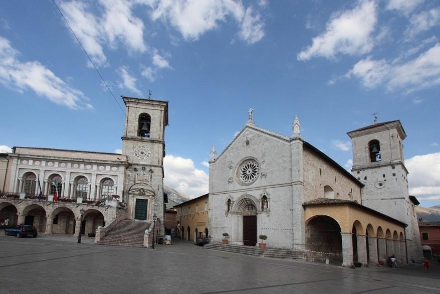 Norcia piazza chiesa