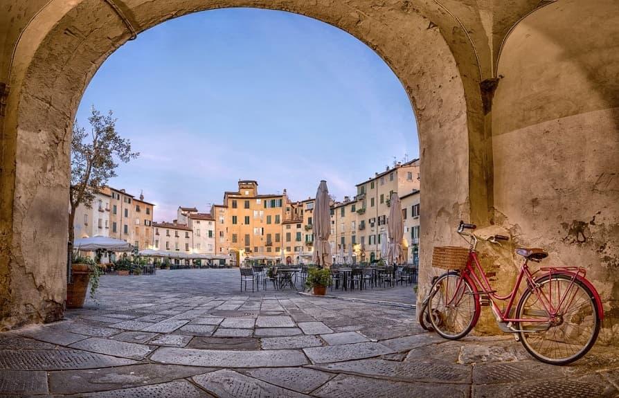 Piazza scorcio Lucca