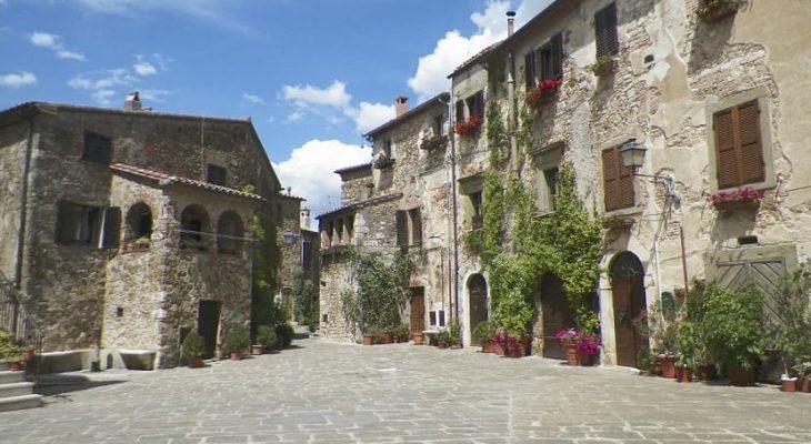 Montemerano borgo piazza